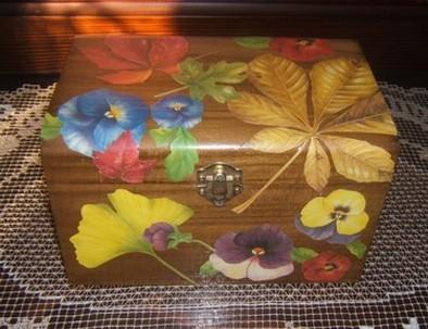 Lo scrigno in legno e la cassapanca decorata